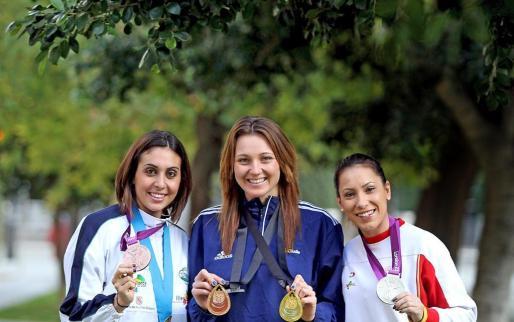 Las deportistas Marga Crespí, Melanie Costa y Brigit Yagüe muestran las medallas logradas en los Juegos Olímpicos, Mundiales y Europeos durante el año 2012. Fotos: MIQUEL ÀNGEL CAÑELLAS