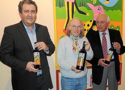 Ramón Servalls, Gustavo Peñalver y Sebastià Rubí posan con las nuevas botellas del Reserva Privada 2009 de Macià Batle.