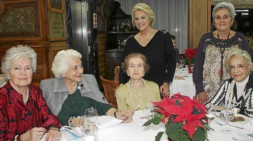 Sió Guasp, Concha Rovira de Cáffaro, Ana Guasp de España y Pilar Frutos. De pie: Isabel Garau y Concepción Roses.