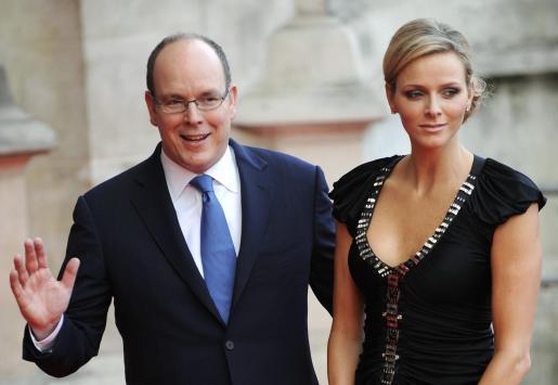 Alberto de Monaco y Charlene Wittstock, a su llegada a la inauguración de la exposición.