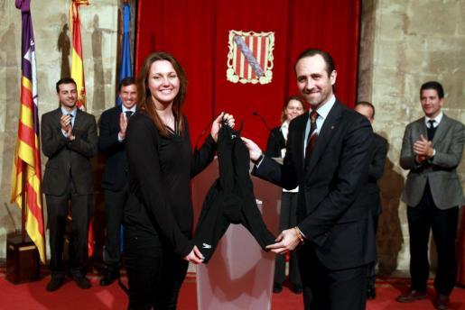 La nadadora Melanie Costa ha entregado su bañador al president del Govern, José Ramón Bauzá.