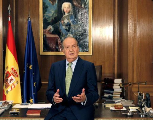 El rey Juan Carlos se dirige a los españoles desde el Palacio de la Zarzuela en su tradicional mensaje de Navidad, que se difunde por las principales emisoras de televisión, en una alocución que permite al monarca repasar los principales acontecimientos políticos, sociales y económicos sucedidos a lo largo del año.