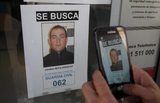 Un cámara de TV toma unas imagenes de uno de los carteles de búsqueda del supuesto secuestrador de un bebé de 16 meses que fue raptada de un cortijo ubicado entre los términos municipales de Alboloduy, Nacimiento y Fiñana en Almeria.