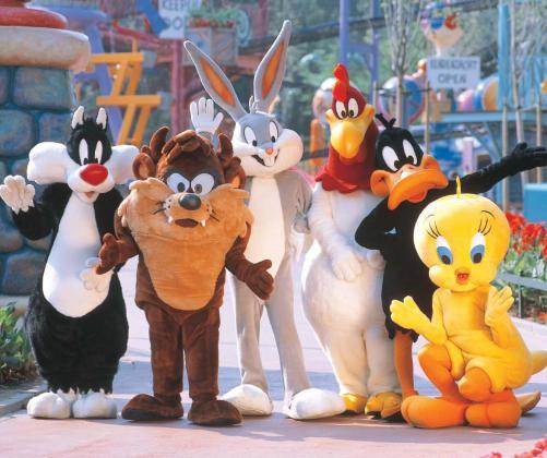 Los personajes más conocidos de los dibujos animados reciben a toda la familia en el parque de la Warner.
