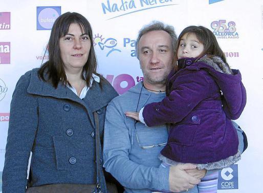 La pequeña Nadia junto a sus padres en uno de los actos benéficos a su favor.