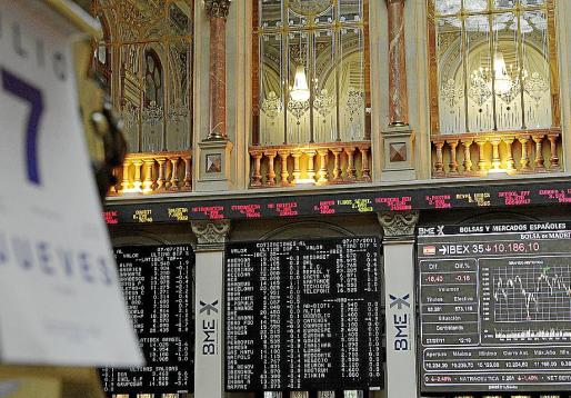 Vista del panel informativo en el parqué madrileño del principal indicador de la bolsa española.