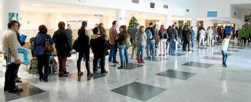 Los aspirantes a cubrir plazas en el hospital deben hacer largas colas para entregar la documentación. g Foto: M.A.C.