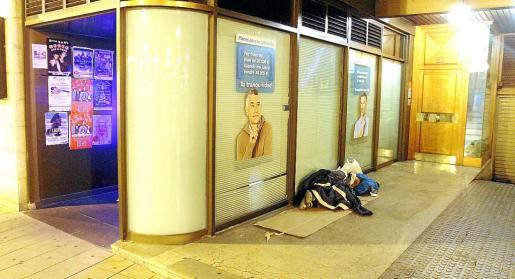 Imagen de una persona durmiendo en una calle de Palma. g Fotos: MIQUEL ÀNGEL CAÑELLAS