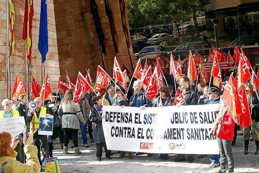 Protesta de pensionistas frente a las instalaciones del INSS. g Foto: C. CANCHACO