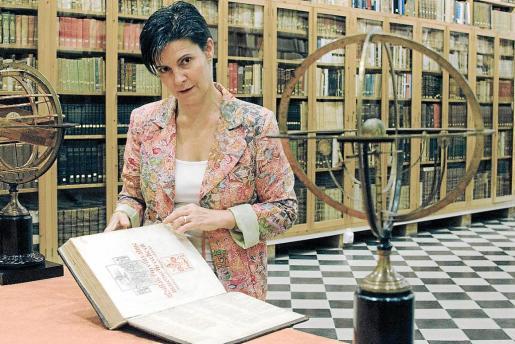 Inés Padrosa, bibliotecaria del fondo del Castell de Peralada y comisaria de la exposición.