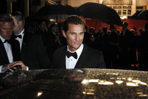 El actor estadounidense Matthew McConaughey (c) a la salida de la proyección de la película 'Mud' en el pasado Festival de Cine de Cannes.