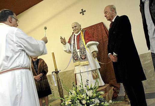Momento en que la talla de Juan XXIII es bendecida por Joan Darder.