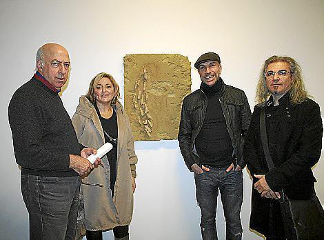 Tomás Horrach, Dolores Comas, Jorge Cabral y Velcha Velchev ante una obra del artista.