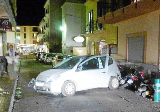 Imagen de uno de los vehículos implicados en el choque y las dos motos.