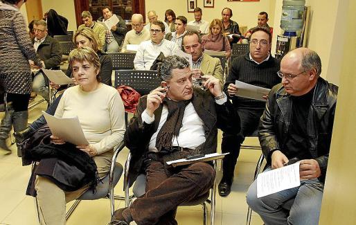 Andreu Carles López, en el centro, durante una reunión del PSIB.