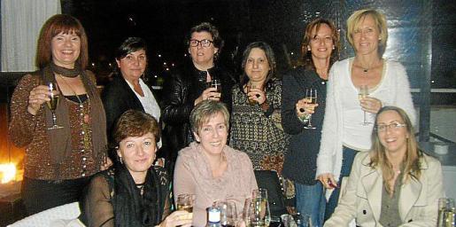 Malen Jaume, Inés Vives, Catalina Cirer, Cati Torrens, Margarita Ramis y Tonya Pujula. Sentadas: Gemma Oliver, Paquita Moranta y Marta Vallori.