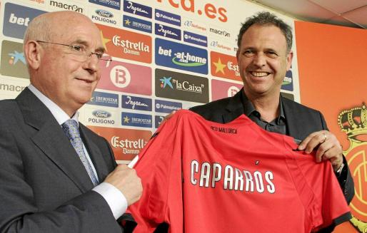 Serra Ferrer y Joaquín Caparrós, el día de la presentación del técnico utrerano como entrenador del Mallorca.