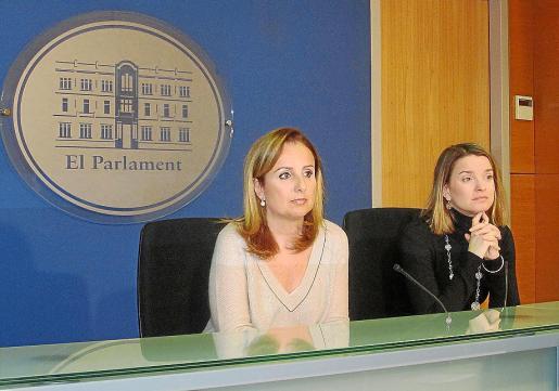 Mabel Cabrer y Margalida Prohens, ayer, en su primera comparecencia del año.