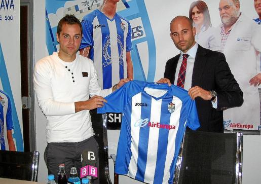 Dani Fragoso, a la izquierda, posa junto al consejero blanquiazul Daniel Fiol, ayer, en el Estadi Balear.