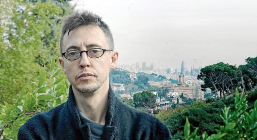 El poeta, crítico y comisario de arte de Felanitx Arnau Pons, fotografiado en su casa de Barcelona.