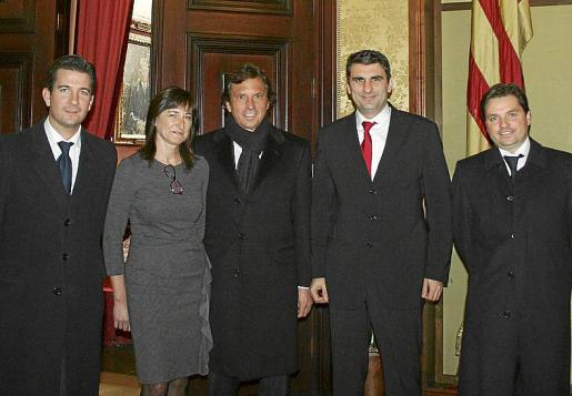 Fernando Gilet, Marga Gayá, Mateo Isern, Julio Martínez y Jesús Valls, ante l'Estendard.