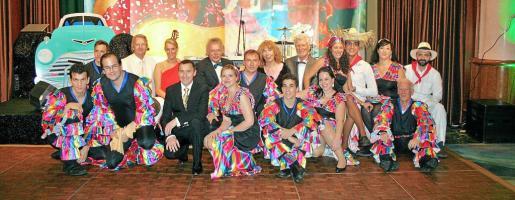 """Antoni Ferrer, el director general del grupo Valparaíso, con los """"sabrosones"""" camareros y los responsables de la decoración de la sala."""