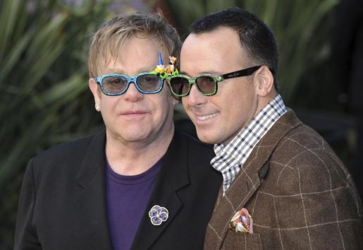 Foto de archivo tomada el 30 de enero de 2011 del cantante británico Elton John (izq) y su pareja sentimental David Furnish (dcha).