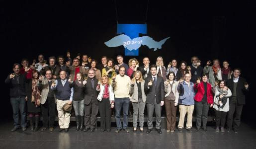 Los patrones del teatro posaron ayer con autoridades, patrocinadores y miembros de l'Associació d'Espectadors. Foto: R. BALLESTER