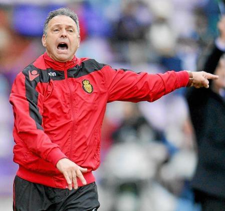 El entrenador del Real Mallorca, Joaquín Caparrós, da instrucciones a sus jugadores durante el partido disputado ayer en Valladolid. Foto:RICARDO ORDÓÑEZ