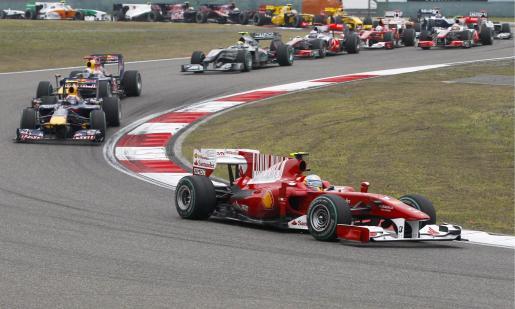 El piloto español de Fórmula Uno Fernando Alonso, de la escudería Ferrari, se coloca en cabeza en la salida del Gran Premio de China.