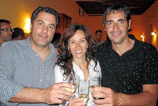 Martí Roca, Malena Estrany y Tomeu Fuster celebrando la pasada victoria electoral.