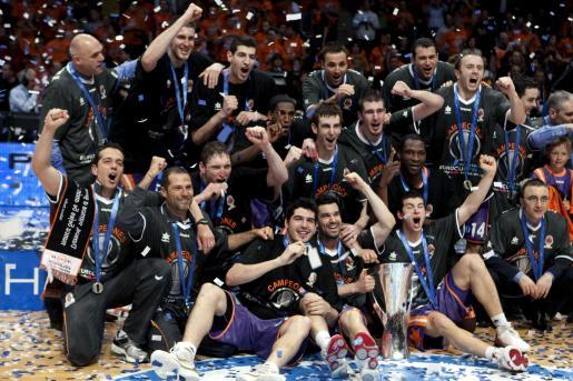 Los jugadores del Power Electronics de Valencia celebran con el Trofeo la victoria frente al Alba Berlín en la final de la Eurocup de baloncesto.