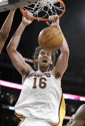 El jugador de Los Angeles Lakers, Pau Gasol, hace un mate en el partido contra Oklahoma City Thunder.