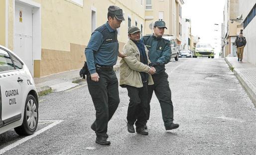 El asesino confeso de Joan Mascaró es conducido ante el juez.