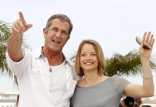 El actor australiano Mel Gibson y la actriz y directora estadounidense Jodie Foster posan durante el pase gráfico de la película 'The Beaver' (El castor) en la 64 edición del Festival de cine de Cannes.