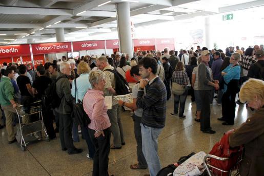 Cientos de pasajeros acudieron ayer a las oficinas de Air Berlin para conocer la situación de sus vuelos.