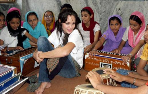 La actriz norteamericana y embajadora de buena voluntad Angelina Jolie (c) junto a un grupo de niños de la India durante un viaje.