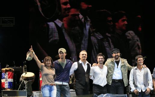 Los cantantes que participaron en este solidario concierto.