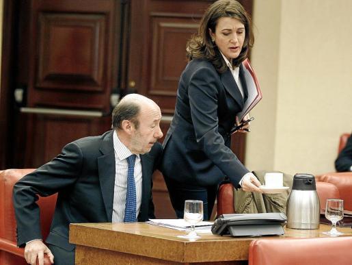 Rubalcaba y la portavoz socialista, Soraya Rodríguez, durante la reunión de la Diputación Permanente del Congreso .