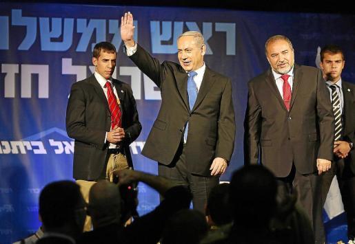 Benjamin Netanyahu saluda a sus seguidores en Tel Aviv tras anunciar su victoria.