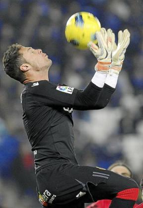 Calatayud atrapa el balón durante un partido disputado con el Mallorca.