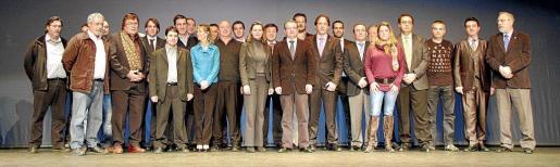 Imagen de los 27 representantes de las federaciones deportivas presentes ayer en el Teatre Principal con motivo de la Gala de l'Esport. Fotos: JAUME MOREY