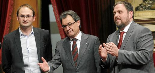 Catalunya's President Artur Mas (C) gestures while flanked by Republican Left (ERC) leader Oriol Junqueras (R) and Joan Herrera (ICV-EUiA) after the holding of a referendum on separation from Spain was approved during a session at Catalunya's Parliament in Barcelona January 23, 2013. REUTERS/Albert Gea (SPAIN - Tags: POLITICS ELECTIONS)