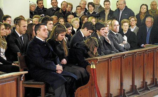 Aurelio Vázquez y sus cuatro hijos, junto a sus familiares, visiblemente afectados.