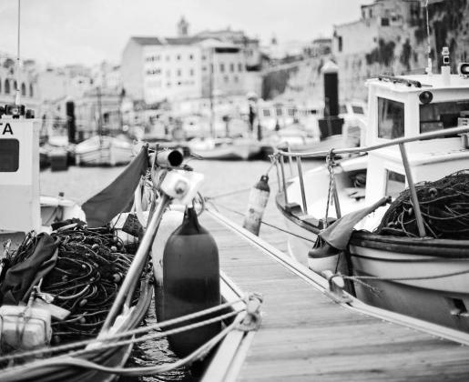 Barcos pesqueros amarrados en el puerto de Ciutadella.