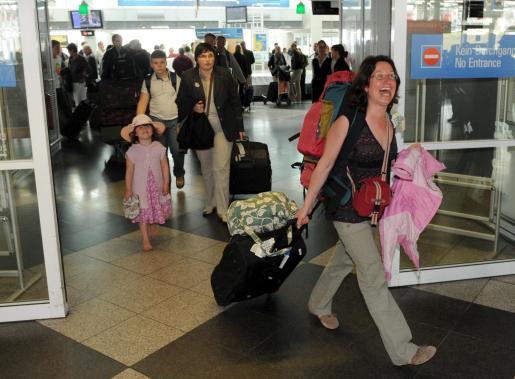 Varios pasajeros que han viajado en un vuelo de prueba de la compañía Air Berlin desde Palma de Mallorca sonríen a su llegada al aeropuerto de Munich.