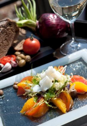 Las tapas y el enfoque al producto local son la base de la cocina del restaurante Es Vi.