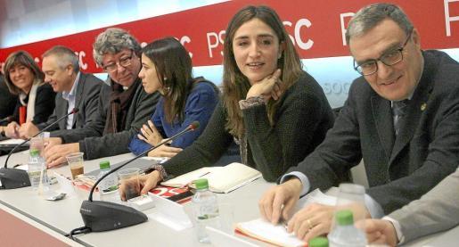 Àngel Ros (d) y Rocío Martínez-Sampere (2d), y el primer secretario de los socialistas catalanes, Pere Navarro (2i), entre otros.