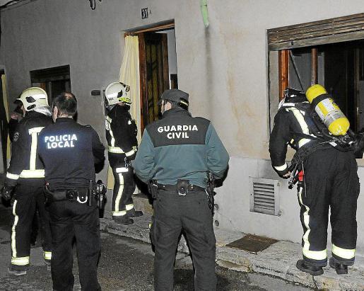 Bomberos, policías locales y guardias civiles en la casa.