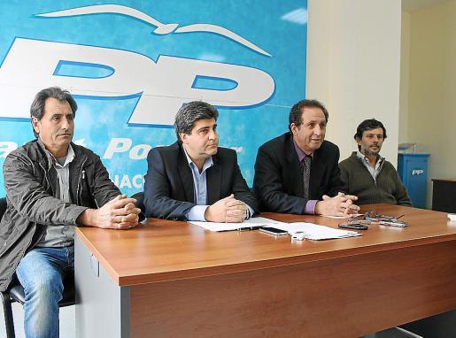Pedro Rosselló, segundo por la izquierda, ve «vital que se restablezca la legalidad».